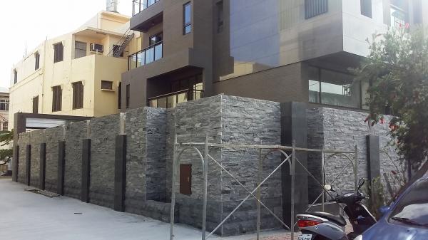 户施工中的私人住宅独栋别墅,建筑物外围设计了整面装饰造型的外围墙